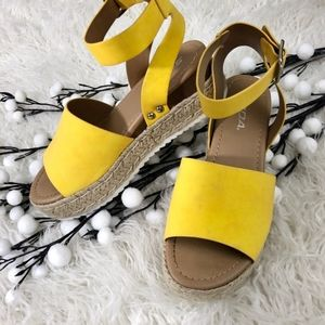 Soda Shoes Topic Yellow Flatform Sandals
